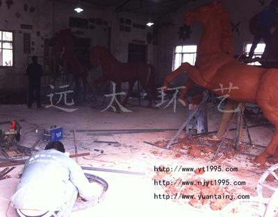 厂区雕塑泥稿制作现场